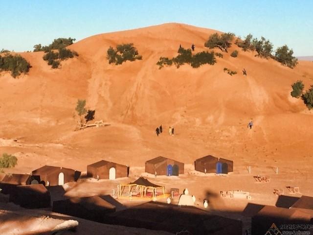 Une-nuit-bivouac-berbère-dunes-de-l'Erglihoudi-en-dromadaires